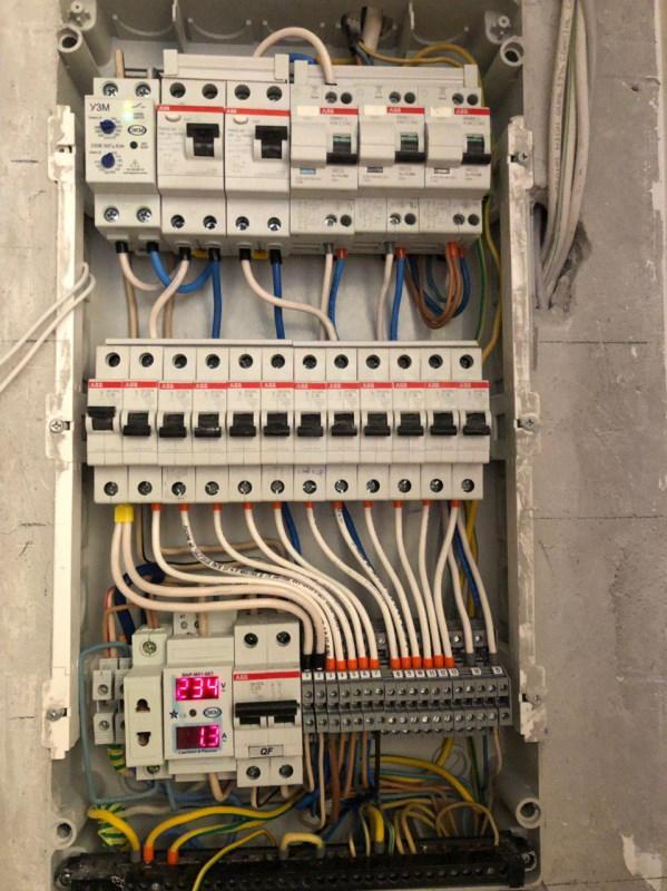 От расположения и функциональности электропроводки в доме (квартире) зависит удобство жизни. Так, розетка, до которой нельзя дотянуться, вынуждает использовать неудобный удлинитель, а неправильный расчет нагрузки на автоматы может привести к отключению электричества в квартире. Чтобы ваше пространство было эргономичным и гарантировало безопасность при эксплуатации электроприборов, заранее позаботьтесь о грамотно установленной электрике. Какие услуги мы оказываем? В рамках проведения ремонтных и строительных работ компания «PRO РЕМОНТ» оказывает услуги по замене и установке электрики с нуля. Работы выполняются на начальном этапе ремонта помещения. Прежде чем провести проводку, мы составляем проект, в котором прорабатываем все нюансы — от расположения розеток до вывода разных устройств на отдельные автоматы. Мы выполняем все виды работ по установке и замене электрики: перенос, замену и установку в новых местах выключателей и розеток; монтаж светодиодной подсветки и осветительных приборов; установку и перенос УЗО и распределительных щитков. Для обеспечения безопасности и комфорта выводим отдельный кабель и автомат для электрической духовки и теплого пола. Это позволяет избежать внезапных отключений электричества из-за перегрузки сети, поскольку упомянутые приборы потребляют много электричества. Выполняем перенос розеток в ходе ремонтных работ в старых и новых квартирах. Застройщики часто располагают выключатели и розетки неудобно, мы исправляем недочеты и устанавливаем приборы в удобных местах. Стоимость замены электрики При заказе электрической разводки цена электромонтажа рассчитывается с учетом полного перечня оказываемых услуг. На стоимость влияет: общий метраж проводки, которую предстоит проложить; количество розеток и выключателей, которые нужно поставить или заменить; количество прочих устройств, которые нужно поставить в ходе выполнения работ; штробление стен для прокладки проводки. Если вы заказываете ремонт квартир под ключ, услуги по электромонтажу входят в 